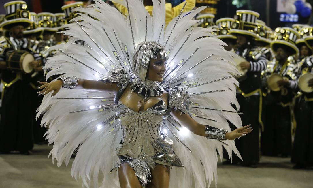 Raphaela Gomes, rainha de bateria da São Clemente, abre a segunda noite de desfiles das escolas de samba do Grupo Especial do Rio de Janeiro Foto: Domingos Peixoto / Agência O Globo