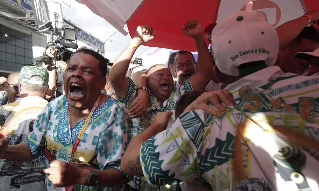 Diretores da Mancha Verde comemoram título inédito, após apuração Foto: Edilson Dantas / Agência O Globo