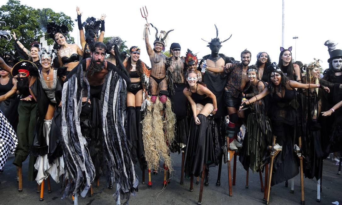A ala de pernaltas, toda vestida de preto, realizou um ato contra a morte de mulheres e negros no estado Foto: MARCOS DE PAULA / Agência O Globo