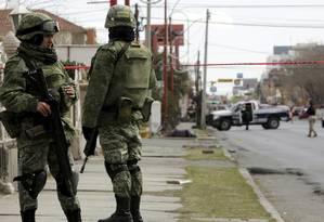 Exército nas ruas. Soldados fazem a segurança na cena do crime após um homem ter sido morto a tiros por assaltantes em Ciudad Juárez em fevereiro Foto: JOSE LUIS GONZALEZ / REUTERS