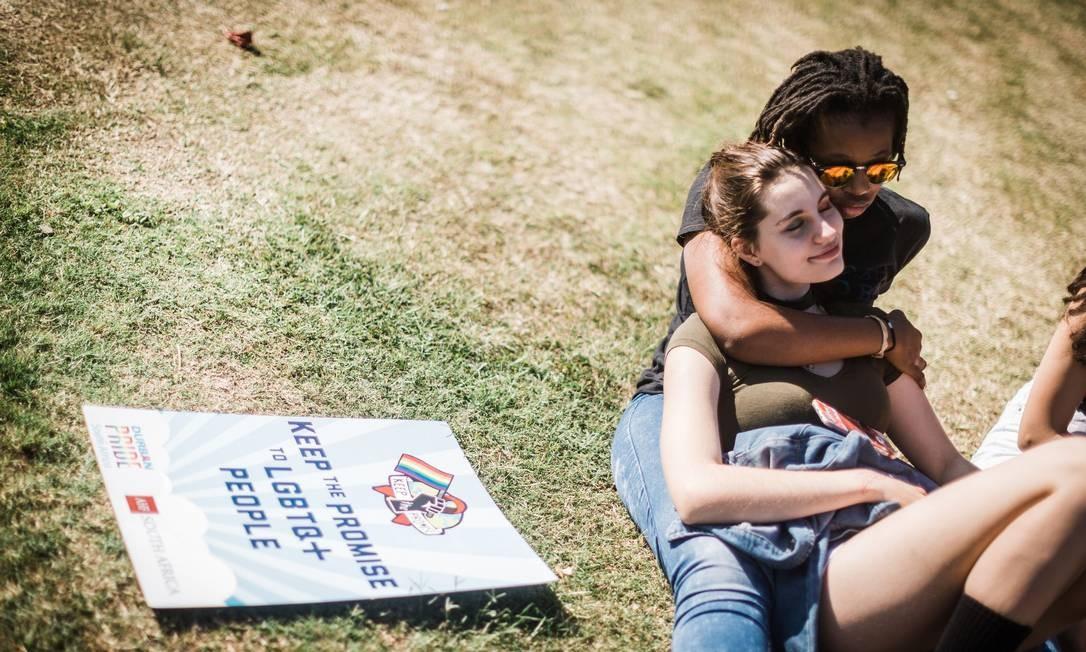 Casal lésbico participa de parada gay na África do Sul: nova pesquisa apontou mulheres homossexuais como mais eficazes em proporcionar orgasmos que homens heterossexuais Foto: RAJESH JANTILAL / AFP