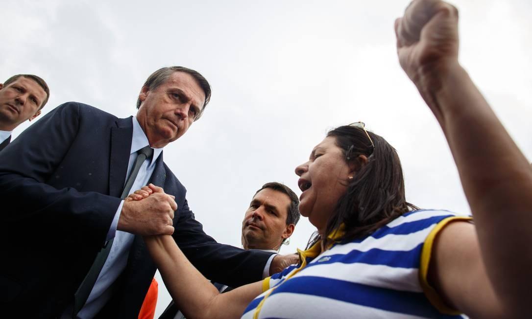 O presidente Jair Bolsonaro com paraibana Mirtis Hortencia de Brito Herminio Santos, de 57 anos. Foto: Daniel Marenco / Agência O Globo
