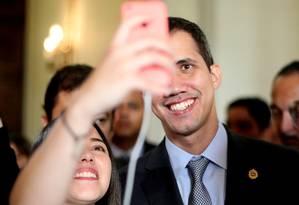 Juan Guaidó posa para selfie antes de sessão na Assembleia Nacional Foto: IVAN ALVARADO / REUTERS