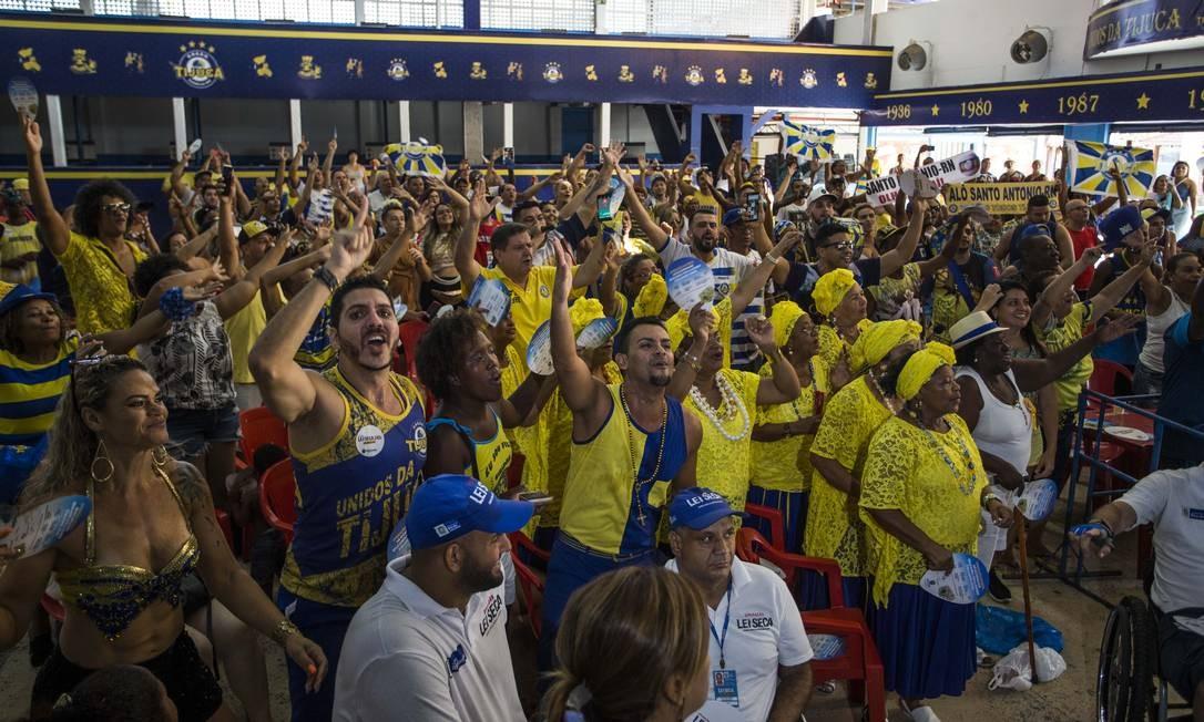 Componentes da Unidos da Tijuca acompanham a apuração na quadra da Escola. Foto: Guito Moreto / Agência O Globo