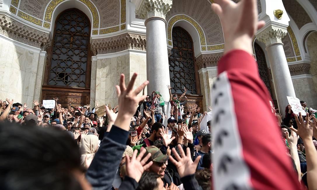 Estudantes argelinos participam de protesto contra o presidente Abdelaziz Bouteflika na capital Argel na terça-feira: manifestantes pedem que ele desista de tentar um quinto mandato Foto: RYAD KRAMDI/AFP