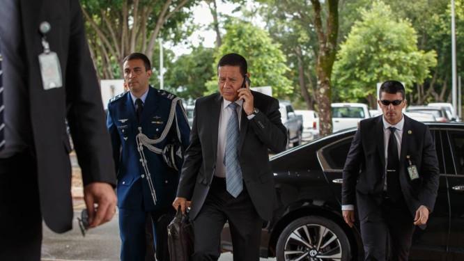 O vice-presidente Hamilton Moura chega em seu gabinete Foto: Daniel Marenco / Agência O Globo