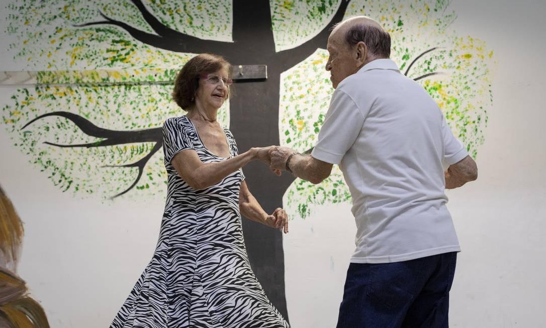 """O casal Ariuza Natalina Martins Pinheiro e Dick da Costa Araujo dança uma de suas músicas preferidas, """"New York, New York"""", na Casa de Convivência e Lazer para Idosos Carmen Miranda Foto: Gabriel Monteiro / Agência O Globo"""