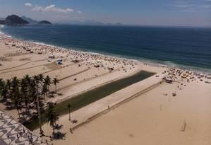 Língua negra na areia de Copacabana, na altura da Rua Santa Clara Foto: Brenno Carvalho / Agência O Globo