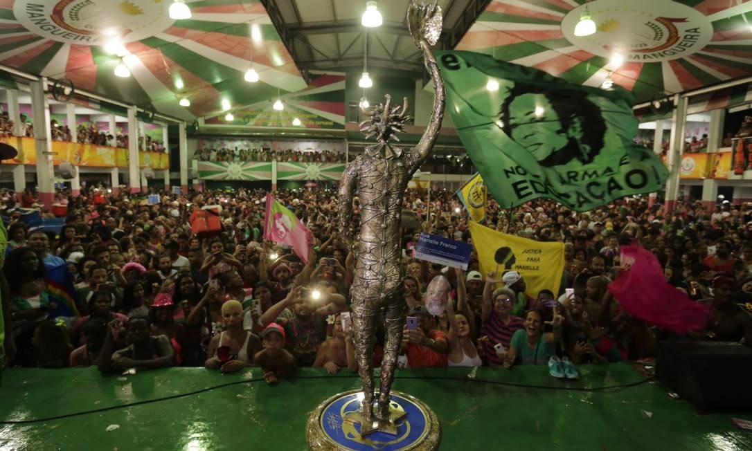 Torcedores comemoram 20º título da Mangueira em quadra da escola Foto: MARCELO THEOBALD / Agência O Globo