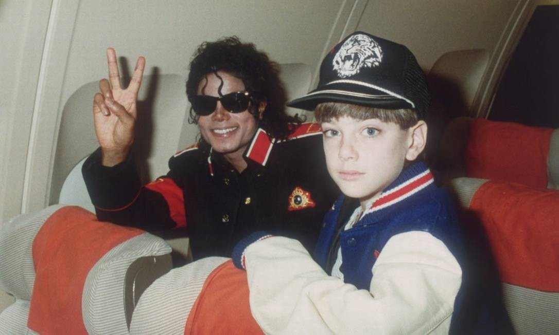 Michael Jackson e o menino James Safechuck em foto apresentada no documentário 'Leaving Neverland' Foto: Divulgação