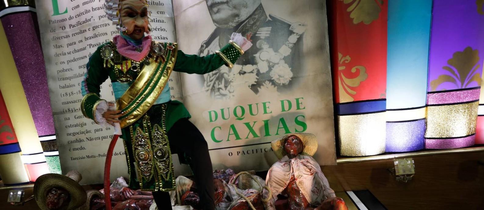 Mangueira criticou Duque de Caxias na última alegoria de seu desfile Foto: Antonio Scorza / Agência O Globo