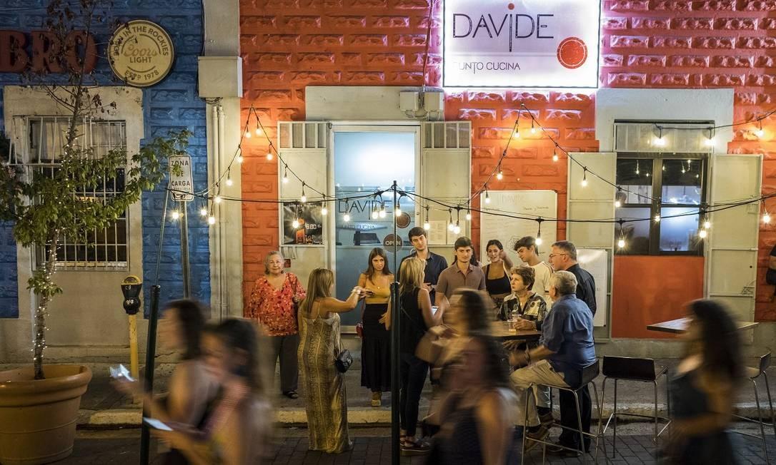 La Placita de Santurce, um calmo mercado durante um dia, é atualmente o coração da vida noturna de San Juan, atraindo moradores e turistas Foto: Dennis M. Rivera Pichardo / The New York Times