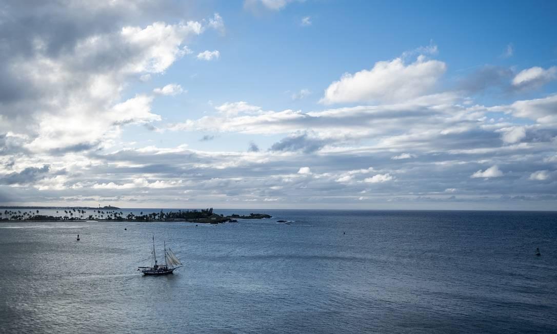 Empresas como a East Island Excursions oferecem passeios ao entardecer pela Baía de San Juan, a bordo de embarcações tradicionais Foto: Dennis M. Rivera Pichardo / The New York Times