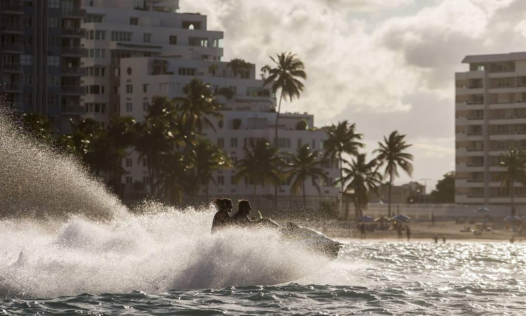 Amantes de atividades aquáticas podem agendar aulas de surfe ou alugar jet skis em empresas especializadas em San Juan Foto: Dennis M. Rivera Pichardo / The New York Times