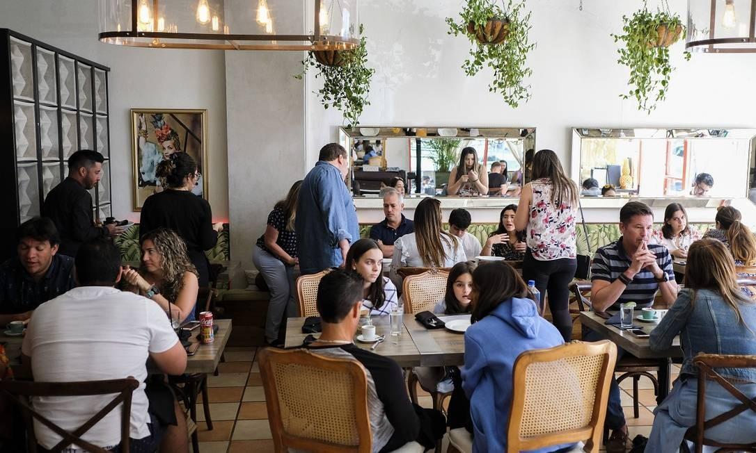 Salão do Sabrina Brunch & Bistro Bar, um animado restaurante na Loiza Street, batizado em homenagem ao clássico filme com Audrey Hepburn Foto: Dennis M. Rivera Pichardo / The New York Times