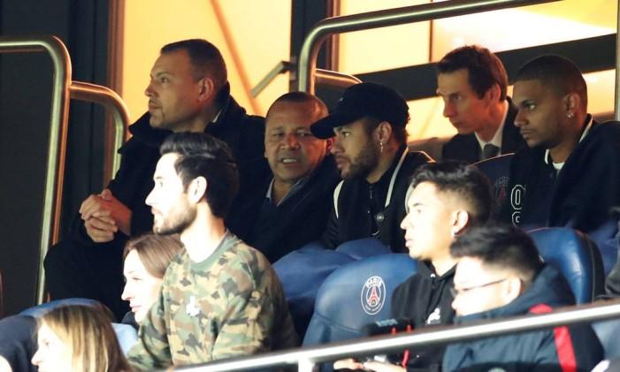 Ao lado do pai, Neymar viu queda do PSG no camarote Foto: CHRISTIAN HARTMANN / REUTERS