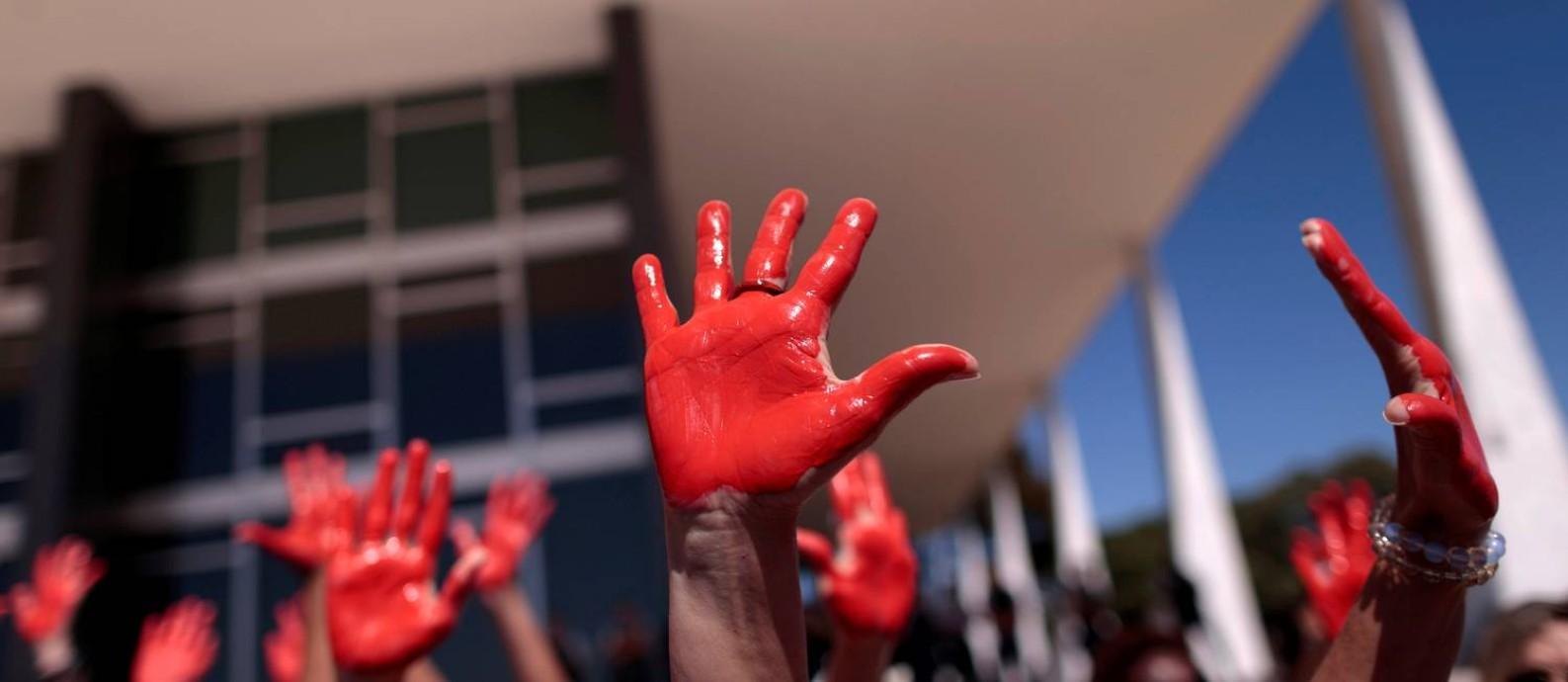 Protesto em Brasília contra violência direcionada à mulher: números de feminicídio ainda causam dificuldade para compilação no país, segundo ONG Foto: Ueslei Marcelino / Agência O Globo