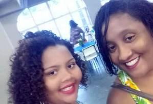 Elaine Oliveira, de 36 anos, e Evelyn Letícia, de 12, morreram na hora Foto: Reprodução