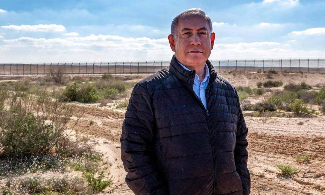 O primeiro-ministro israelense, Benjamin Netanyahu, visita a fronteira com o Egito no vilarejo de Nitzana, no deserto de Negev. Netanyahu se tornou alvo de investigações sobre corrupção em seu país Foto: JIM HOLLANDER / AFP
