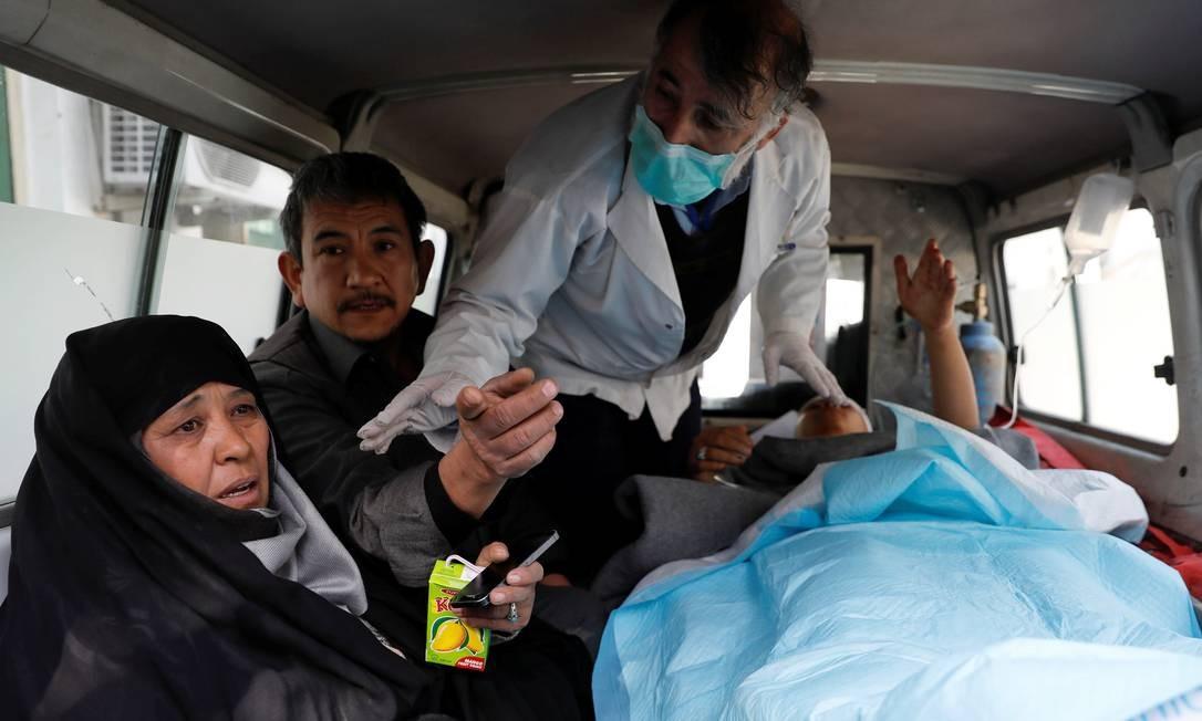 Uma mulher acompanha seu filho ferido dentro de uma ambulância, em um hospital, após ataques em Cabul, Afeganistão Foto: MOHAMMAD ISMAIL / REUTERS
