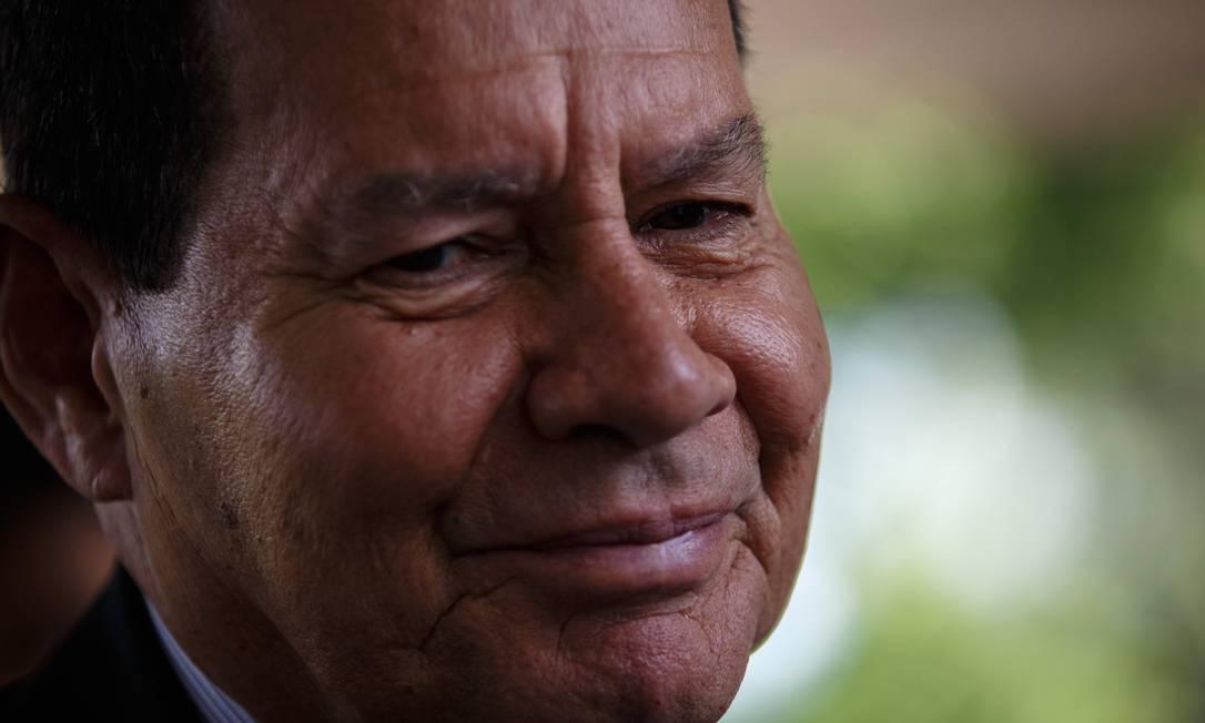 O vice-presidente Hamilton Mourão foi irônico ao comentar as declarações de Olavo Carvalho Foto: Daniel Marenco / Agência O Globo