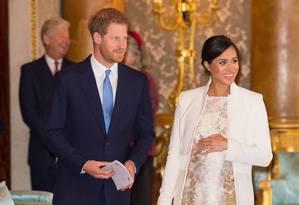 Meghan e o príncipe Harry em recente comemoração dos 50 anos da investidura do pai dele, Charles, como príncipe de Gales e herdeiro do trono: bebê do casal será a primeira criança miscigenada em mais de mil anos de História da família real Foto: DOMINIC LIPINSKI/AFP