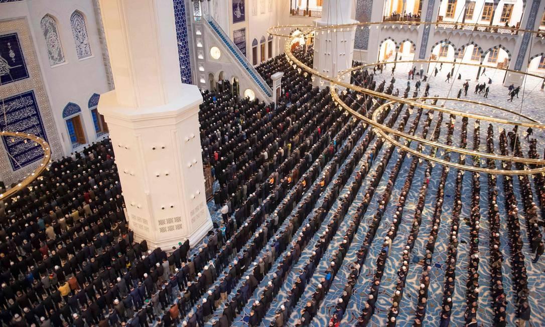 Centenas de pessoas comparecem à primeira oração na maior mesquita da Ásia Menor. Inaugurada nesta quinta-feira (7), a Mesquita Camlica, em Istambul, é capaz de receber até 60 mil fiéis Foto: YASIN AKGUL / AFP