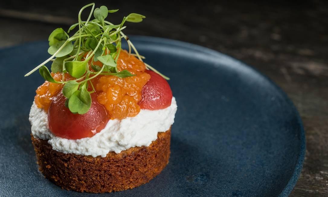 O tomate cake (R$ 24,90), da chef Nathalie Passos, do Naturalie Bistrô, é coberto com ricota de búfala e tomate confitado Foto: Tomas Rangel / Divulgação
