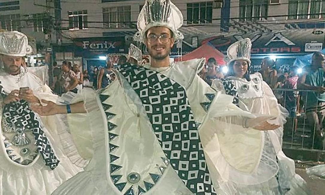 Tabu quebrado: repórter Renan Rodrigues rodopia na Engenhos da Rainha Foto: O GLOBO