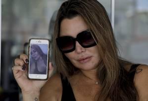 Elaine Caparroz após ter alta do hospital Foto: Custódio Coimbra / Agência O Globo