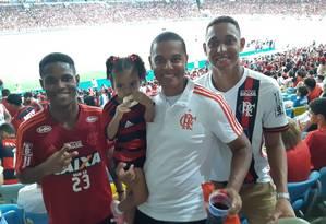 Samuel Thomaz, que também morreu no incêndio, Joanathan com a filha e Christian Foto: Arquivo pessoal