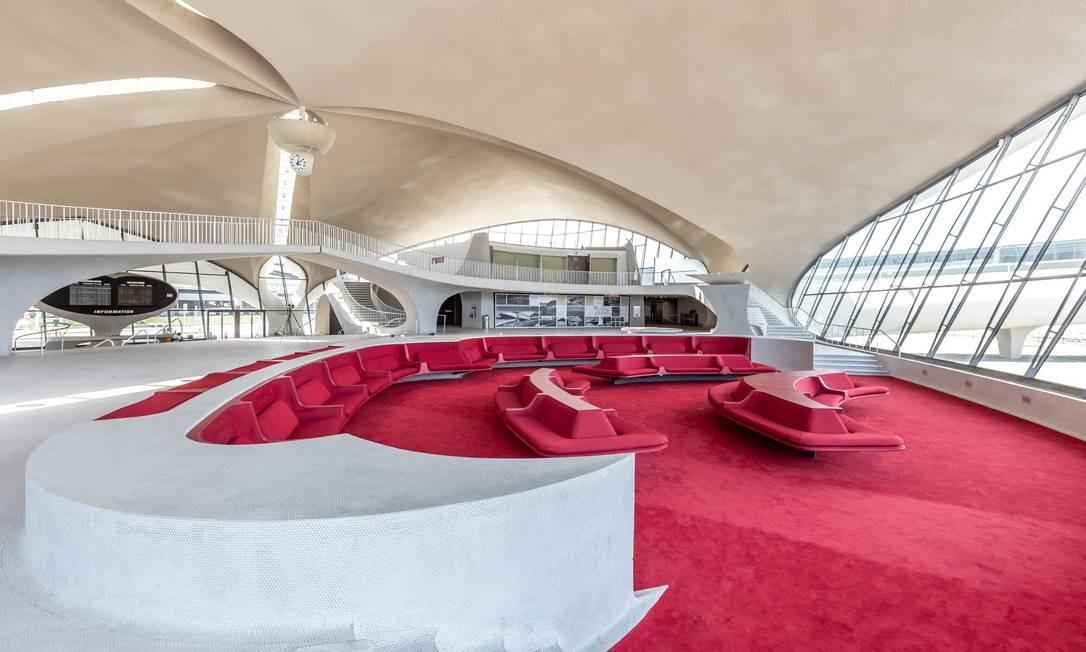 O saguão do futuro TWA Hotel mantém o estilo futurista projetado por Eero Saarinen no início dos anos 1960 Foto: Max Touhey / Divulgação