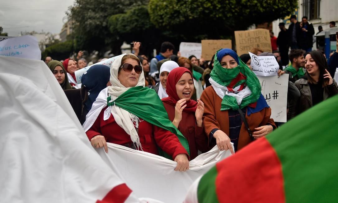 Manifestantes protestam contra tentativa do presidente da Argélia, Abdelaziz Bouteflika, de concorrer a quinto mandato Foto: RYAD KRAMDI / AFP