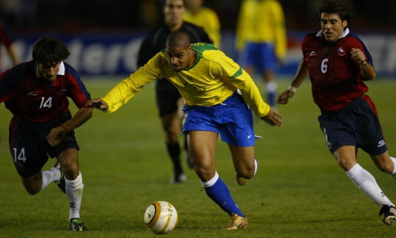 ADRIANO - O centroavante é o maior artilheiro (sete gols) de uma edição da Copa América no século 21 (2004) Foto: Alexandre Cassiano / Agência O Globo