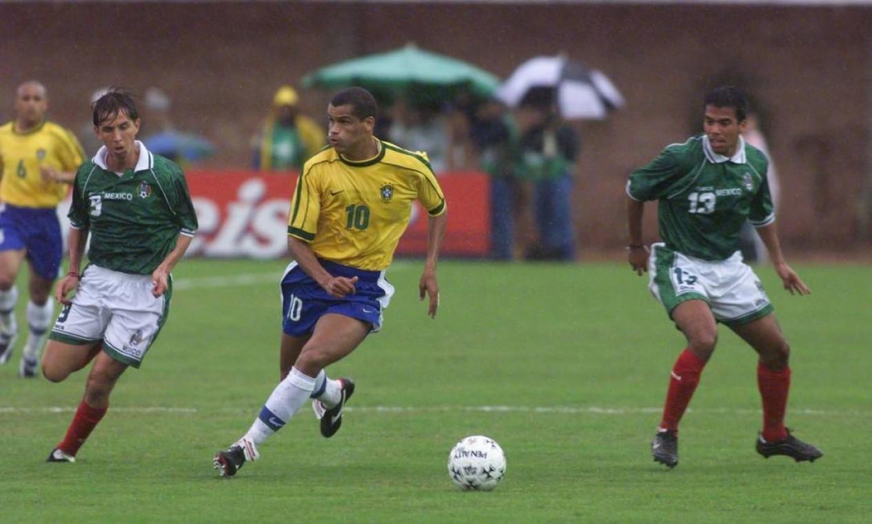 RIVALDO e Ronaldo foram a segunda dupla brasileira na história a dividir a artilharia de uma edição da Copa América, em 1999 Foto: Hipólito Pereira / Agência O Globo