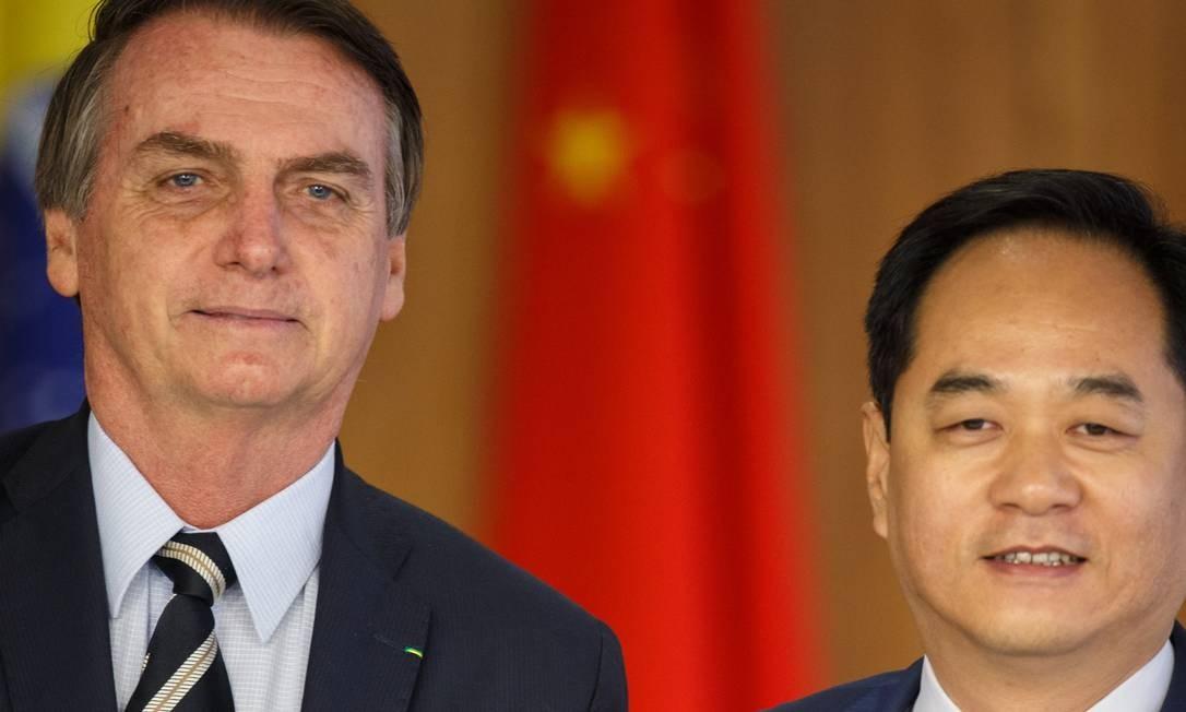 O presidente Jair Bolsonaro com o embaixador da China, Yang Wanming, durante a cerimônia para entrega de credenciais Foto: Daniel Marenco / Agência O Globo