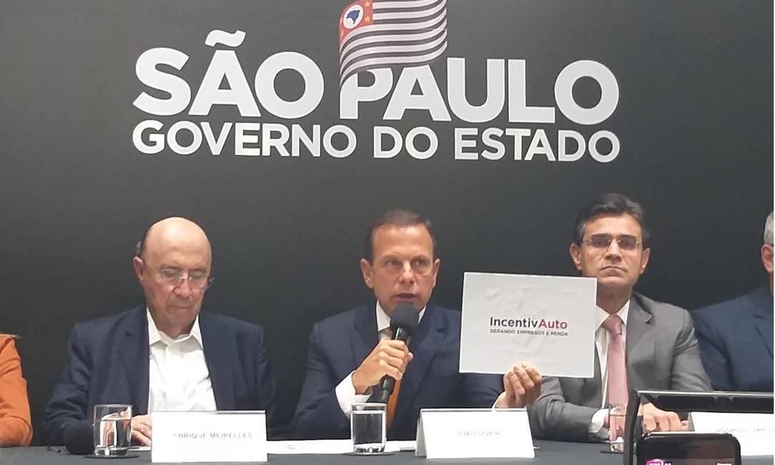 O governador de São Paulo, João Doria (ao centro), anuncia o pacote de incentivos ao setor automotivo, ao lado do secretário da Fazenda do governo paulista, Henrique Meirelles (à esquerda) Foto: / Leo Branco - Agência O Globo