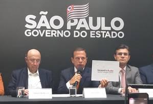 O governador de São Paulo, João Doria (ao centro), anuncia o pacote de incentivos ao setor automotivo, ao lado do secretário da Fazenda do governo paulista, Henrique Meirelles (à esquerda) Foto: Leo Branco - Agência O Globo