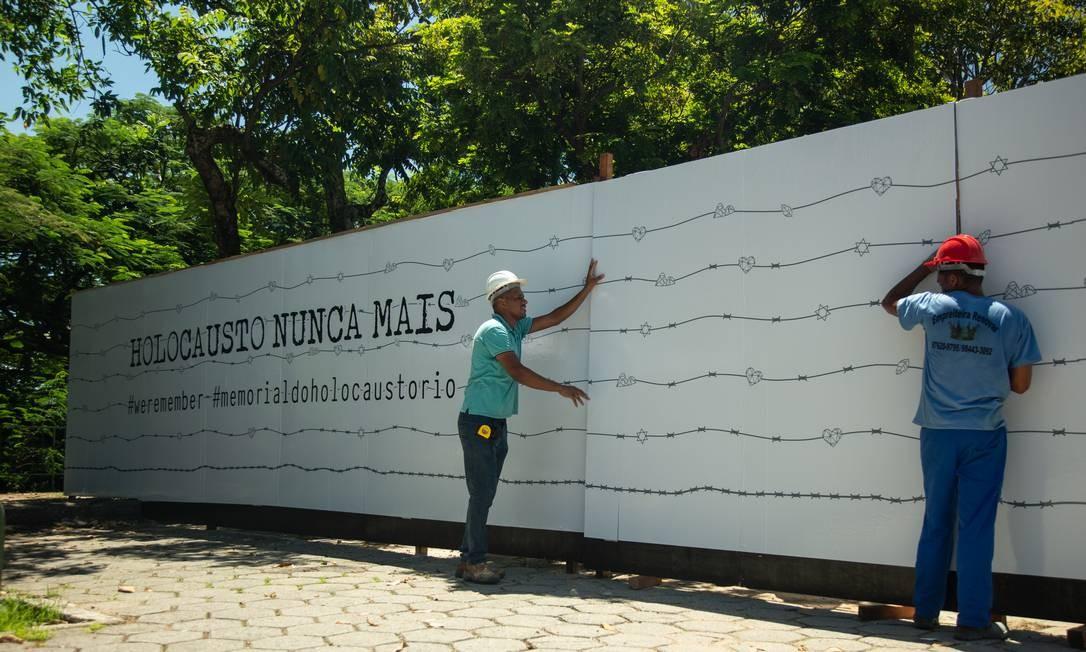 Funcionários trabalham em obra do Memorial do Holocausto Foto: Brenno Carvalho / Agência O Globo