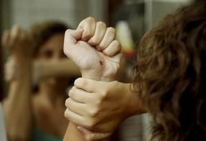 Resistência: vítima mostra um dos ferimentos sofridos após rechaçar uma cantada num bloco de carnaval Foto: Fábio Guimarães / Agência O Globo