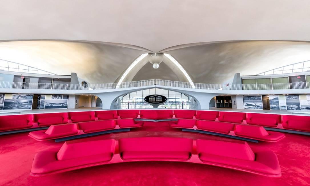 O salão é dominado por carpete e sofás num tom forte de vermelho, o Chili Pepper Red, criado especialmente para o projeto Foto: Max Touhey / Divulgação