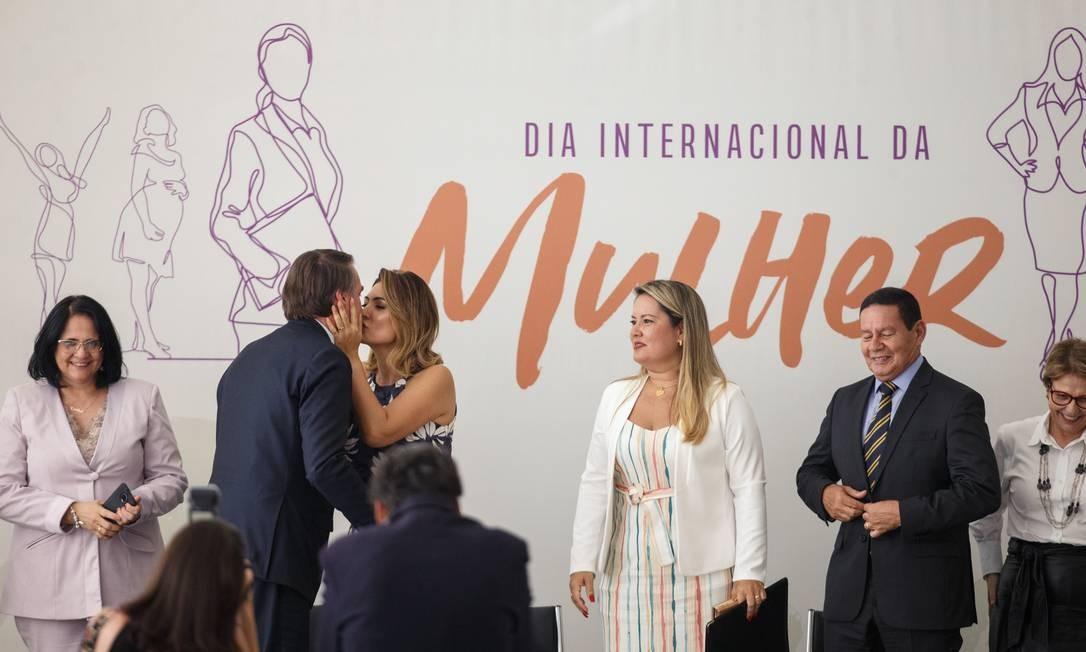 O presidente Jair Bolsonaro beija a primeira-dama Michele Bolsonaro em solenidade no Palácio do Planalto Foto: Daniel Marenco / Agência O Globo