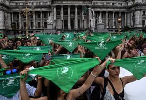Mulheres participam de manifestação a favor do aborto em frente ao Congresso argentino Foto: RAUL FERRARI / AFP/19-2-2018