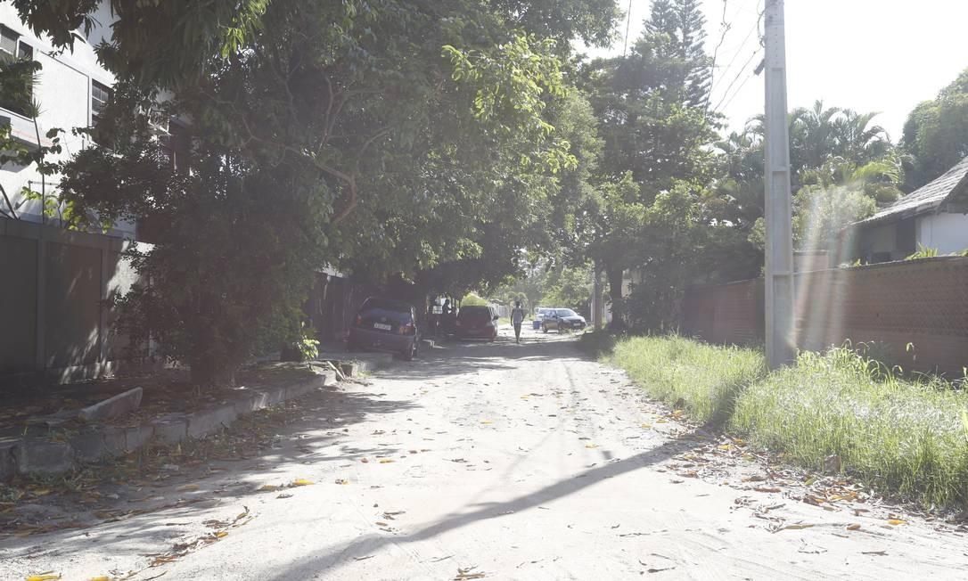 Poeira sobe na Rua Rouxinol, no Santo Antônio, após passagem de um carro: projeto de drenagem e asfalto será custeado com recursos dos royalties Foto: Fábio Guimarães / Agência O Globo