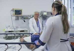 Rigonatti prepara sessão de eletroconvulsoterapia, aplicada com paciente adormecido: ao defender a técnica, psiquiatra chegou a ser vaiado em congresso sobre saúde mental Foto: Edilson Dantas / Agência O Globo