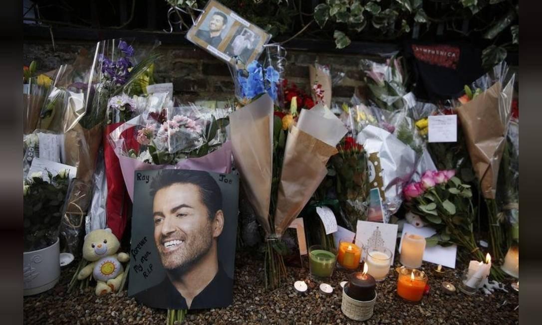 Homenagens a George Michael deixadas do lado de fora da casa do cantor em Londres após sua morte. Músico vendeu mais de 100 milhões de discos em todo o mundo. Foto: Reuters
