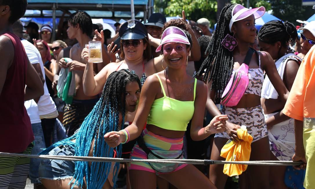 Milhares de foliões se aglomeraram para acompanhar o trio da cantora Foto: Pedro Teixeira / Agência O Globo