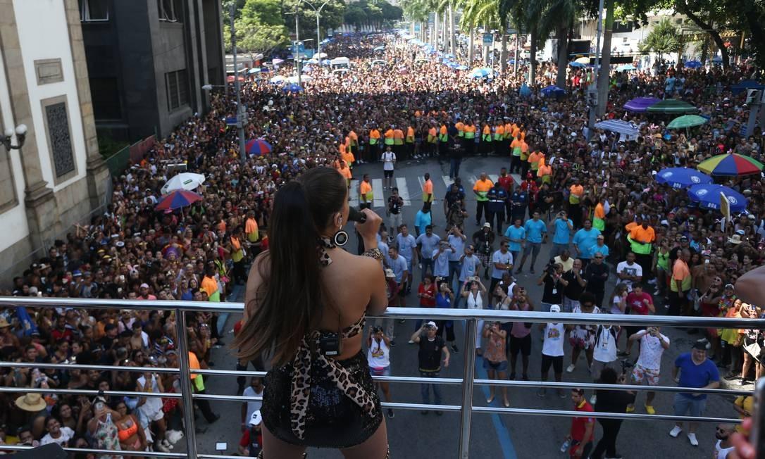 Anitta e seu séquito de fãs no Bloco das Poderosas, no Centro Foto: Pedro Teixeira / Agência O Globo