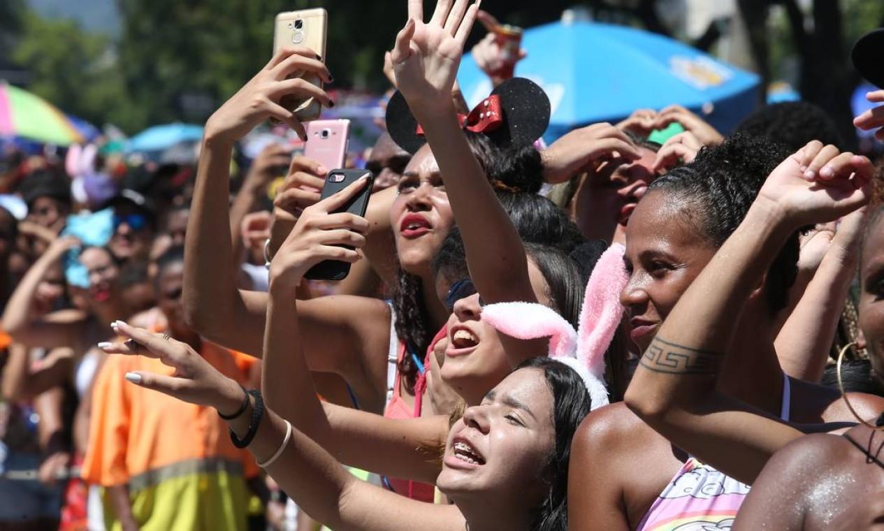 Crianças e adolescentes não perdem um registro da performance da cantora Foto: Pedro Teixeira / Agência O Globo