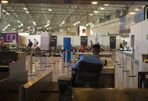 Retração. Funcionário trabalha em balcão de check-in do Galeão no Rio: número de pousos e decolagens domésticas do aeroporto encolheram 35,5% entre 2012 e 2018, enquanto no Santos Dumont, o recuo foi de 15,5%. No Rio como um todo, a queda bateu 25% Foto: GABRIEL MONTEIRO / Gabriel Monteiro